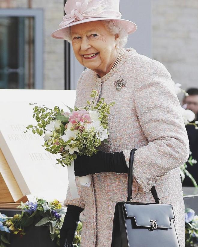 Phong cách chói chang là vậy, nhưng hóa ra Nữ hoàng Anh chỉ trung thành với những thương hiệu này - Ảnh 1.