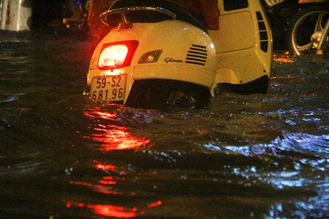Ngập lớn, người Sài Gòn vật vã lội nước về nhà trong mưa - Ảnh 4.