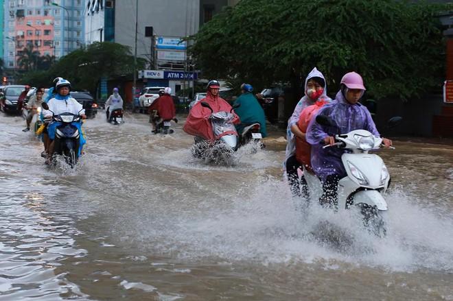 Ảnh hưởng của hoàn lưu bão số 2, Hà Nội mưa lớn, nhiều khu phố đã bị ngập - Ảnh 12.