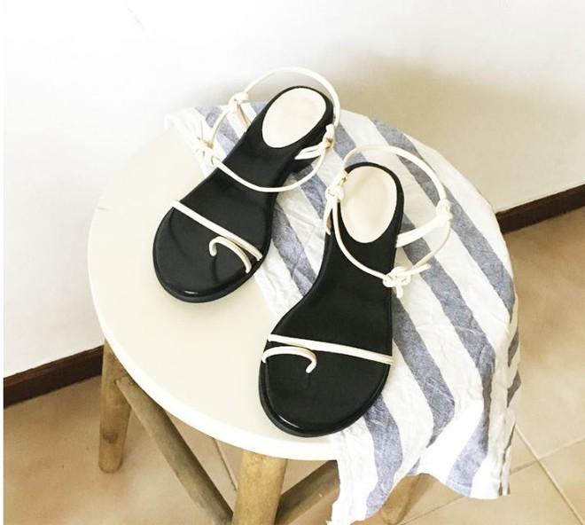 Sau đan dây, xu hướng sandals đang chuyển hướng sang kiểu thắt nút lạ đời - Ảnh 3.