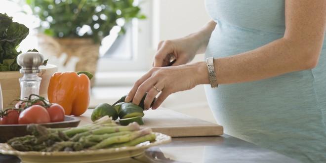 Nàng dâu trẻ động thai dọa sảy, mẹ chồng tinh tế mua đu đủ xanh về tẩm bổ - Ảnh 2.