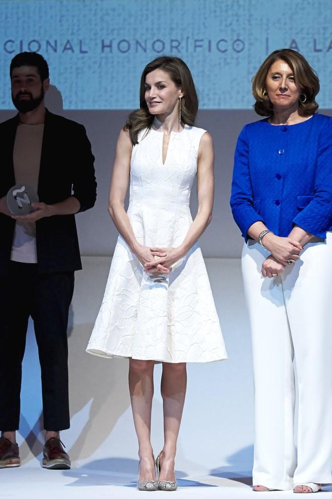 Giống công nương Kate, Nữ hoàng Tây Ban Nha chỉ chuộng những hãng đồ bình dân và chẳng ngại mặc đi mặc lại một mẫu - Ảnh 1.