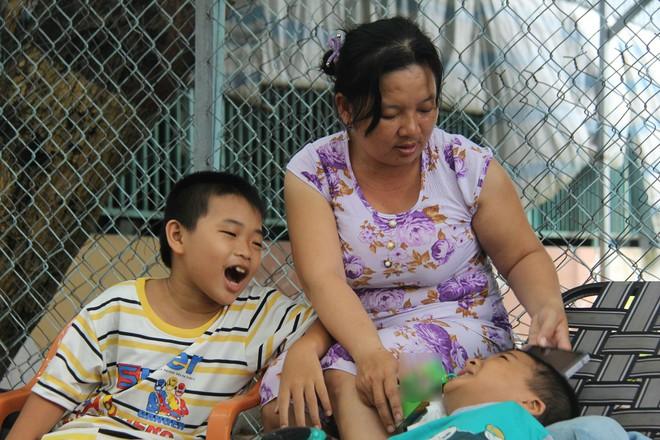 Mồ côi cha, đứa lớn bị bại não, đứa nhỏ đi không được, bám víu trên vai mẹ tật nguyền mưu sinh giữa Sài Gòn - Ảnh 16.