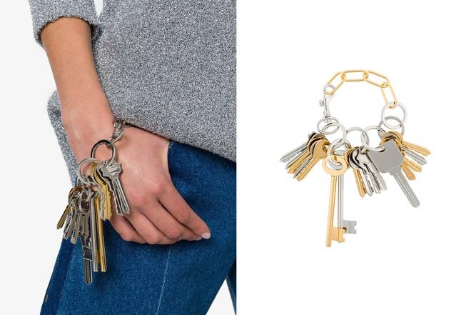 Tay xách làn đi chợ, cổ đeo vòng chìa khóa giờ mới là mốt sành điệu của giới thời trang  - Ảnh 1.