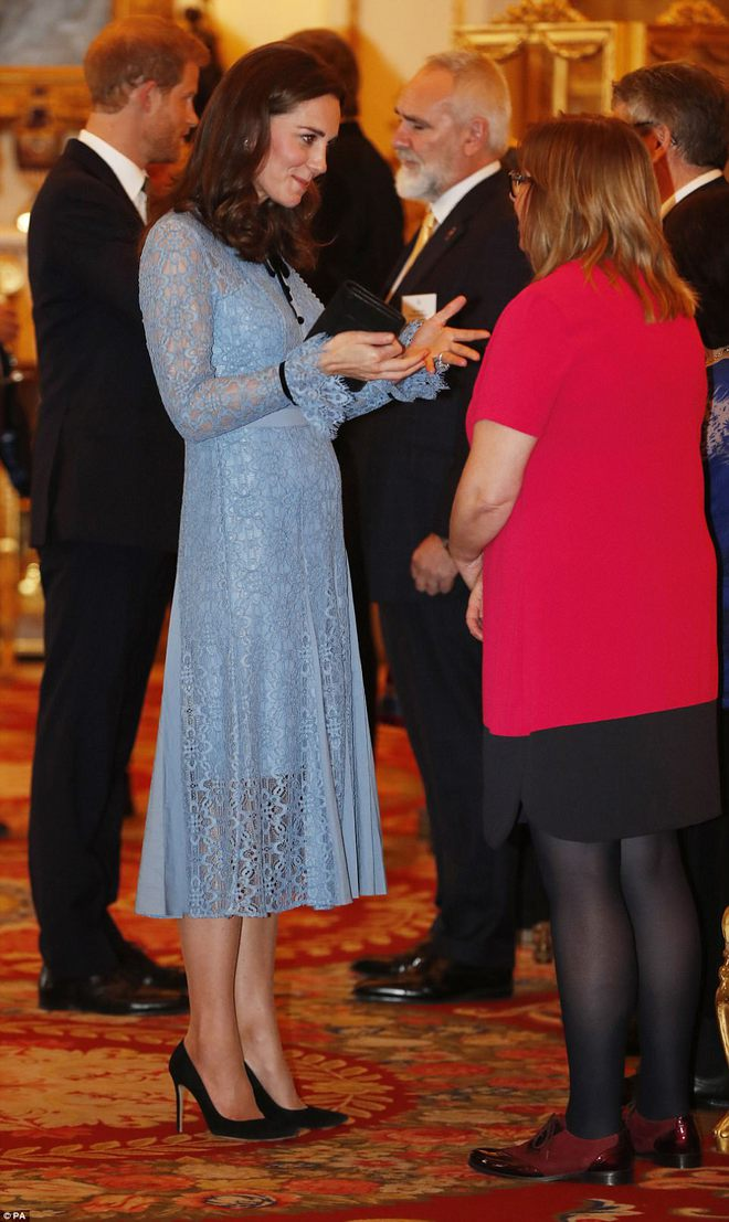 Bầu bí là thế nhưng Công nương Kate vẫn khư khư thói quen đi giày cao gót - Ảnh 3.