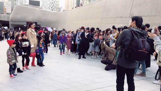 Sau 2 ngày mong ngóng, cuối cùng Phạm Hương đã xuất hiện, giản dị đến bất ngờ tại Tuần lễ thời trang Seoul - Ảnh 1.