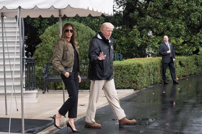 Loạt trang phục gây chú ý của bà Melania Trump: Bộ được khen nức nở, bộ lại bị chê không thương tiếc  - Ảnh 1.