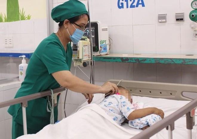 Chạy ra đường bất ngờ, bé gái 29 tháng tuổi bị xe tải tông chấn thương sọ não rất nặng - ảnh 1