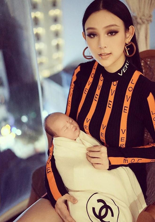 Pha đụng hàng thú vi: mẹ hai con Huyền Baby đụng độ Angela Phương Trinh khi diện váy Versace ôm sát - Ảnh 6.