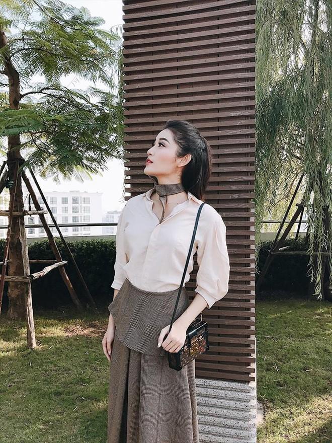 Street style tuần này: Angela Phương Trinh diện váy ôm già chát, Kỳ Duyên nổi bật vì dát hàng hiệu từ đầu tới chân - Ảnh 4.