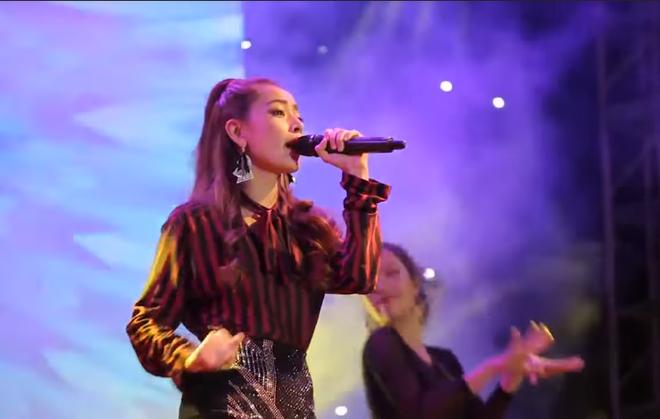 Chi Pu hát live vừa phô vừa lạc giọng, Văn Mai Hương bức xúc đăng status như một trò đùa - Ảnh 2.