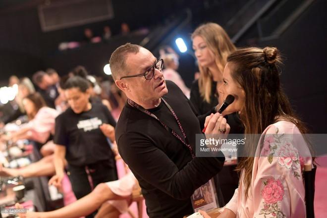 Tận tối mới diễn, nhưng giờ các thiên thần Victorias Secret đã bắt đầu trang điểm, làm tóc - Ảnh 6.