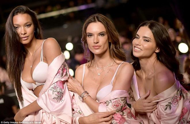 Tận tối mới diễn, nhưng giờ các thiên thần Victorias Secret đã bắt đầu trang điểm, làm tóc - Ảnh 8.
