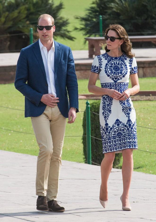 Các tín đồ mê mệt váy áo của Công nương Kate có thể dễ dàng tìm mua những thiết kế này với phiên bản mô phỏng chỉ vài trăm ngàn - Ảnh 1.
