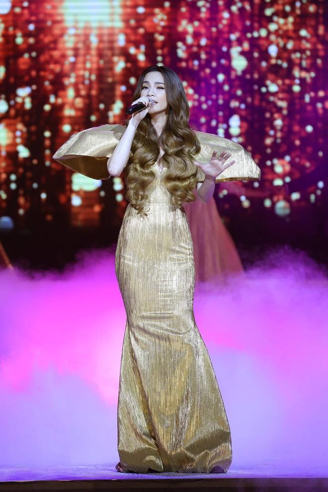 Từ khi yêu Kim Lý, trang phục biểu diễn của Hồ Ngọc Hà kín đáo và tinh tế hơn hẳn - Ảnh 6.