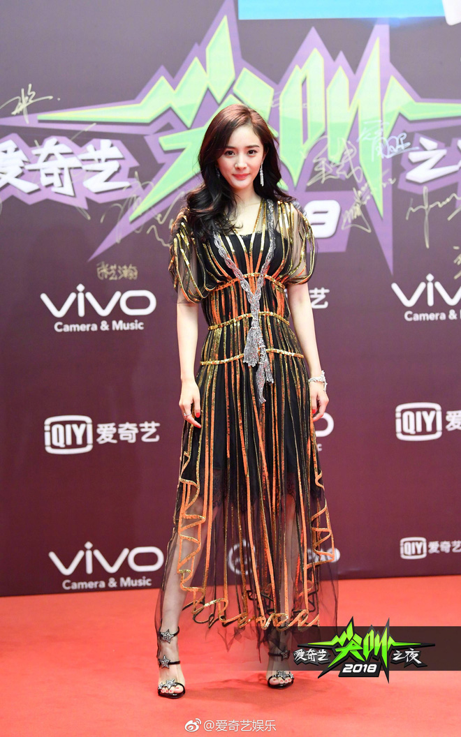 Dương Mịch, Phạm Băng Băng, Angela Baby… chính là những người đẹp rất hay chỉnh sửa váy áo hàng hiệu cho bớt sexy - Ảnh 1.
