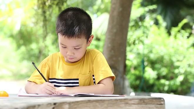 Bố mẹ có con 5 tuổi lưu ý: Đây là những kỹ năng cần thiết nên rèn cho con trước khi vào lớp 1