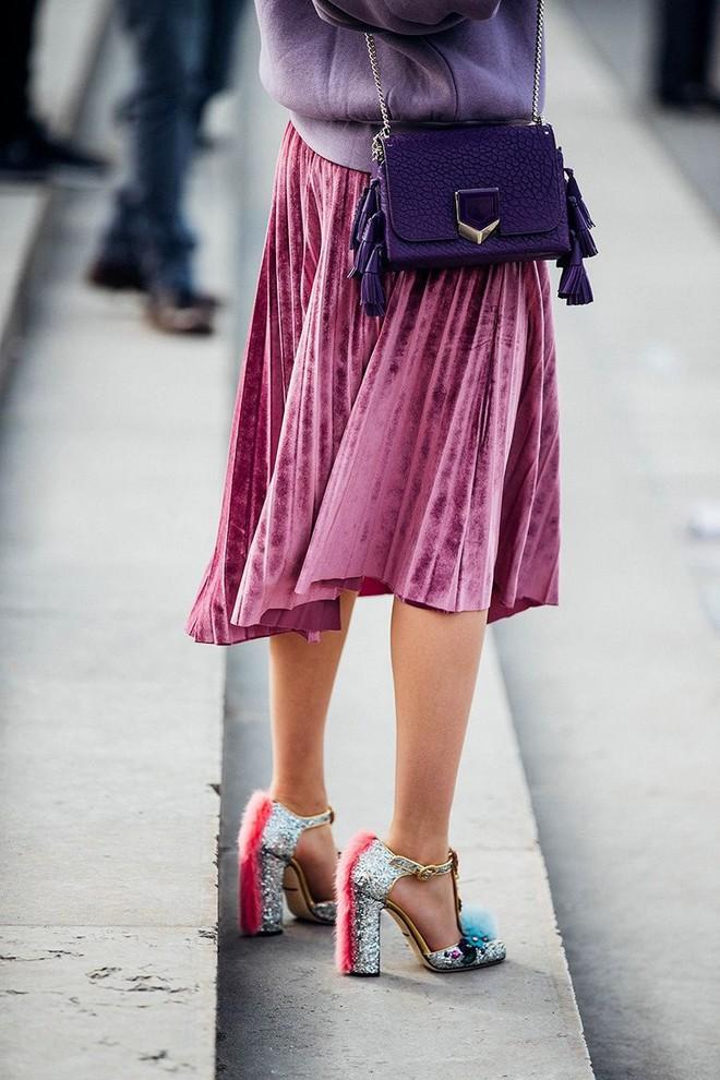Tỏa sáng rạng ngời xuống phố hai ngày cuối cùng của năm với những thiết kế chân váy ánh kim siêu bắt mắt - Ảnh 3.
