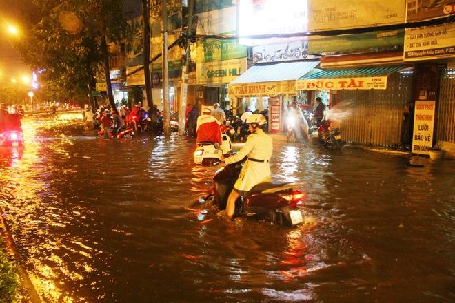 Ngập lớn, người Sài Gòn vật vã lội nước về nhà trong mưa - Ảnh 3.