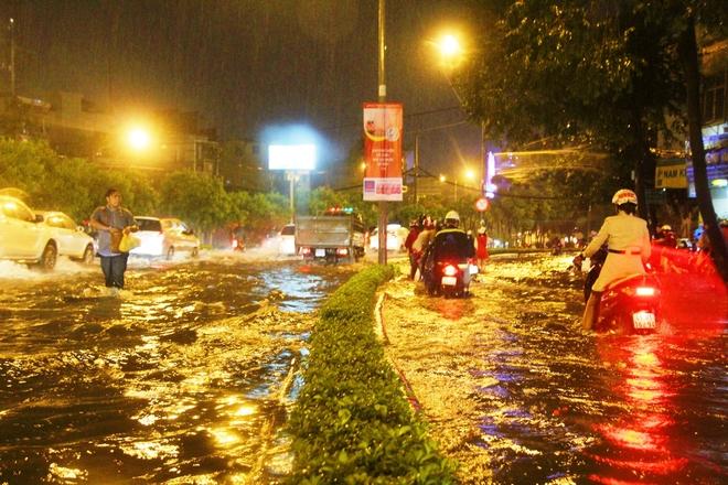 Ngập lớn, người Sài Gòn vật vã lội nước về nhà trong mưa - Ảnh 5.