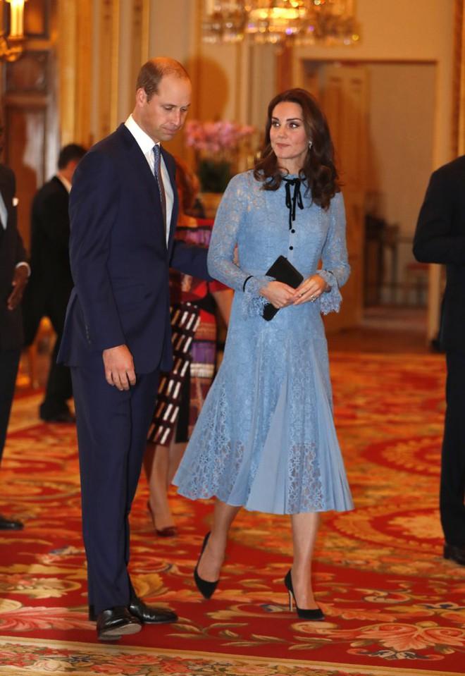 Bầu bí là thế nhưng Công nương Kate vẫn khư khư thói quen đi giày cao gót - Ảnh 2.