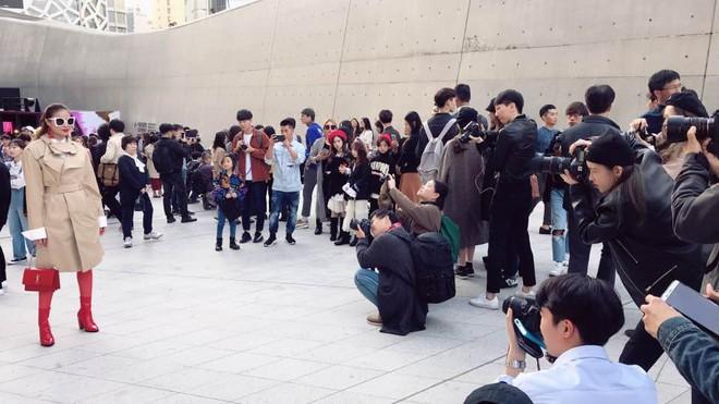 Sau 2 ngày mong ngóng, cuối cùng Phạm Hương đã xuất hiện, giản dị đến bất ngờ tại Tuần lễ thời trang Seoul - Ảnh 2.