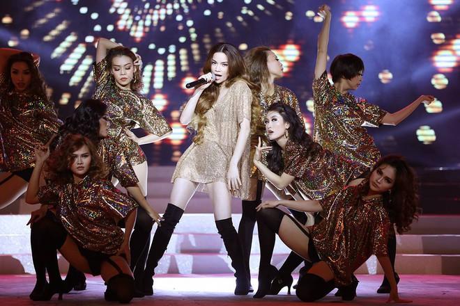Từ khi yêu Kim Lý, trang phục biểu diễn của Hồ Ngọc Hà kín đáo và tinh tế hơn hẳn - Ảnh 11.