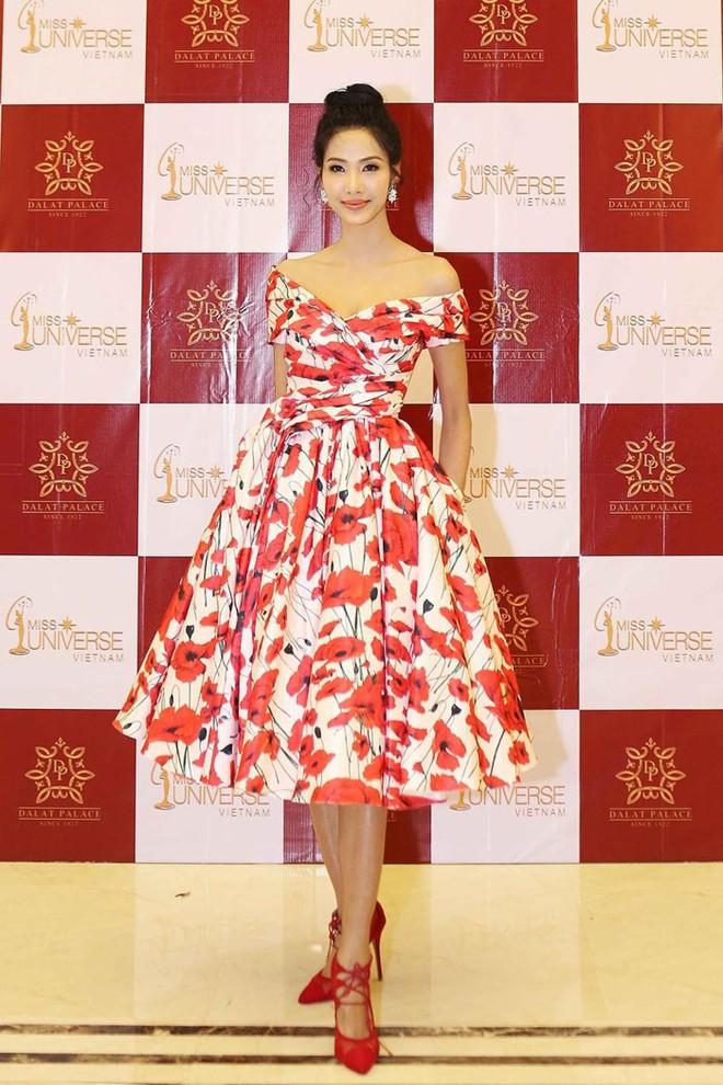 Lần đầu tiên thấy Hoàng Thùy diện váy hoa điệu đà và trang điểm nhẹ nhàng nữ tính thế này - Ảnh 1.