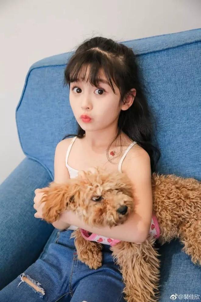 Thiên thần nhí 8 tuổi xinh lung linh, giống Kim Ji Won như tạc - Ảnh 11.