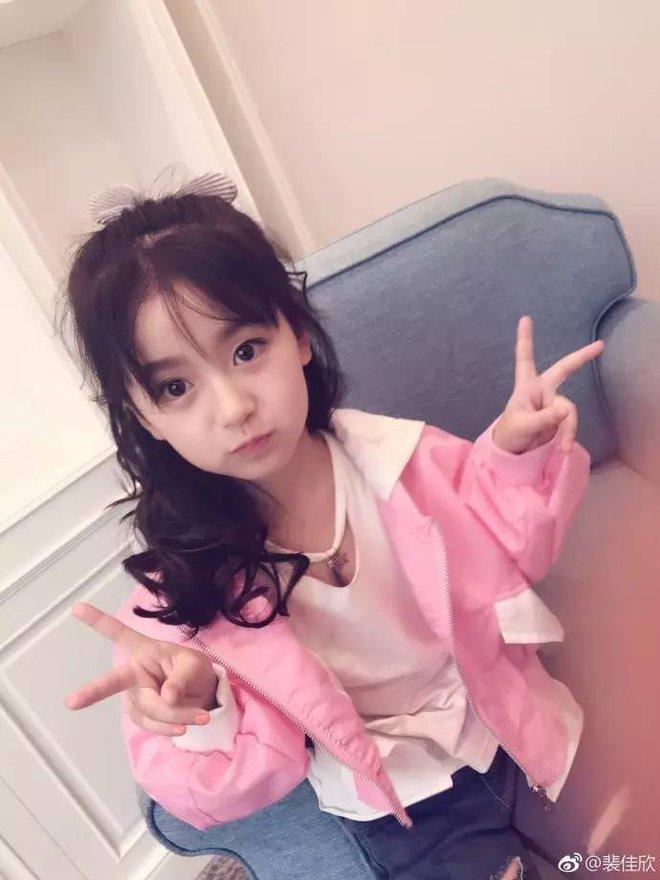 Thiên thần nhí 8 tuổi xinh lung linh, giống Kim Ji Won như tạc - Ảnh 25.