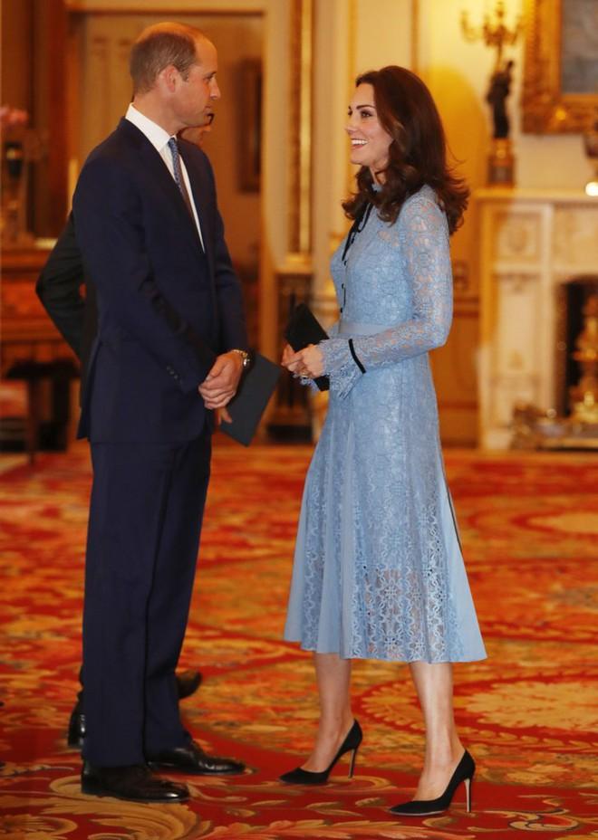 Bầu bí là thế nhưng Công nương Kate vẫn khư khư thói quen đi giày cao gót - Ảnh 1.