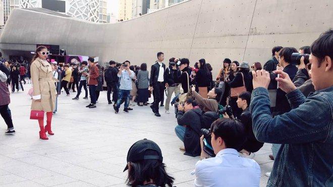 Sau 2 ngày mong ngóng, cuối cùng Phạm Hương đã xuất hiện, giản dị đến bất ngờ tại Tuần lễ thời trang Seoul - Ảnh 3.
