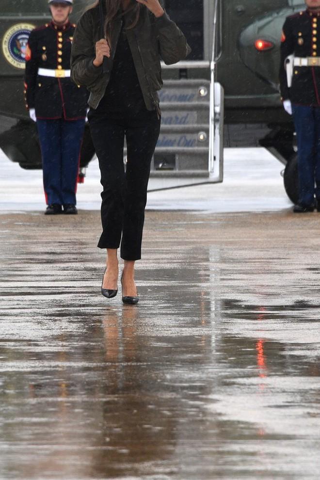 Loạt trang phục gây chú ý của bà Melania Trump: Bộ được khen nức nở, bộ lại bị chê không thương tiếc  - Ảnh 3.
