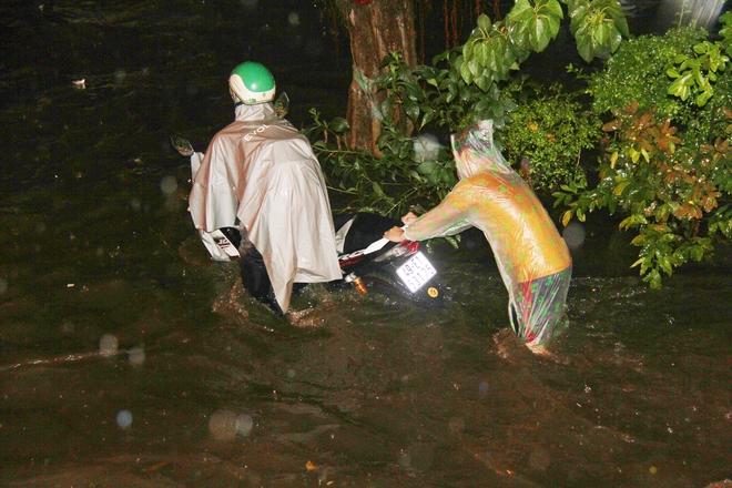 Ngập lớn, người Sài Gòn vật vã lội nước về nhà trong mưa - Ảnh 8.