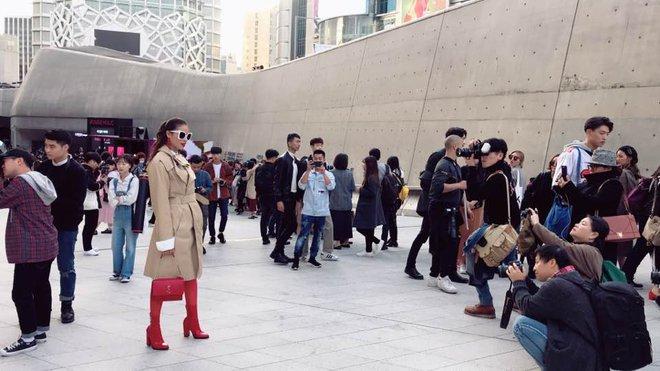 Sau 2 ngày mong ngóng, cuối cùng Phạm Hương đã xuất hiện, giản dị đến bất ngờ tại Tuần lễ thời trang Seoul - Ảnh 4.