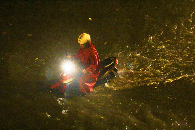 Ngập lớn, người Sài Gòn vật vã lội nước về nhà trong mưa - Ảnh 9.