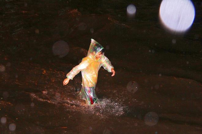 Ngập lớn, người Sài Gòn vật vã lội nước về nhà trong mưa - Ảnh 10.