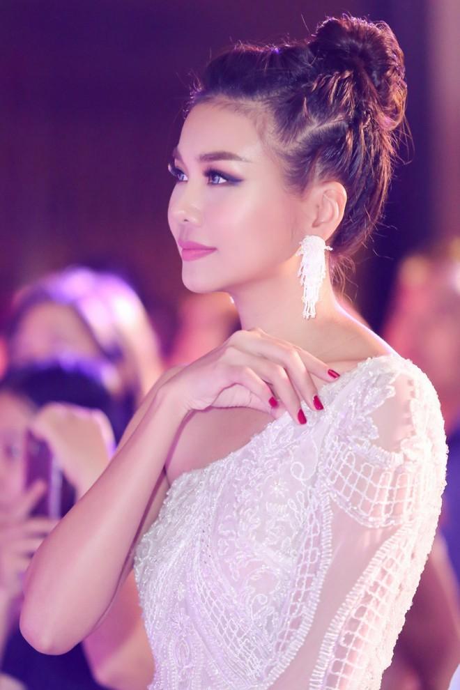Mẹ chồng Thanh Hằng diện đầm lệch vai quyến rũ - Ảnh 8.