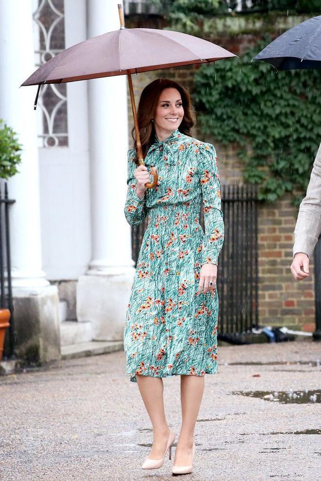 Tổng kết năm 2017, Công nương Kate đã chi khoảng 3.5 tỷ đồng mua sắm quần áo - Ảnh 6.