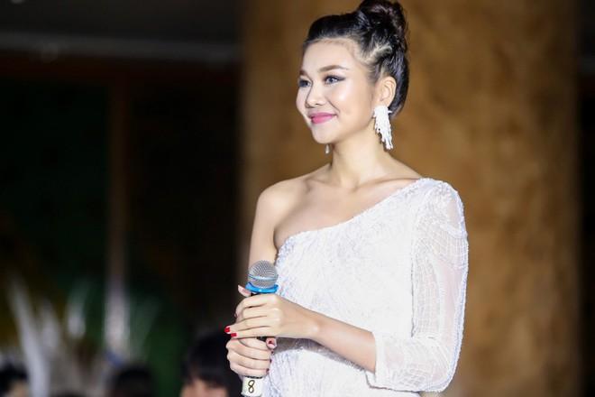 Mẹ chồng Thanh Hằng diện đầm lệch vai quyến rũ - Ảnh 9.