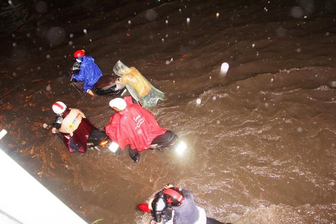 Ngập lớn, người Sài Gòn vật vã lội nước về nhà trong mưa - Ảnh 2.