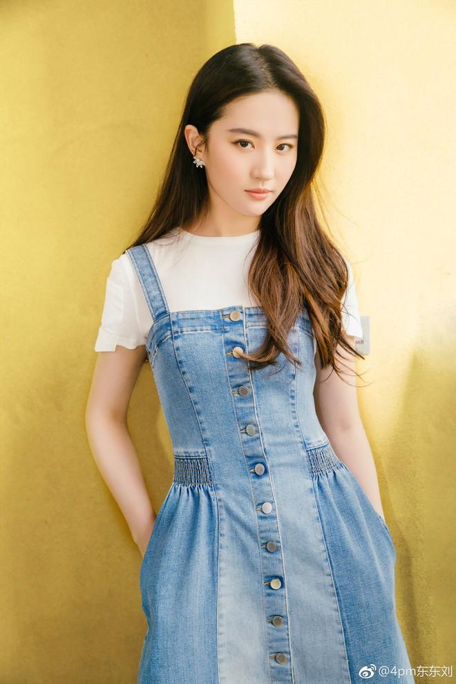 Học tập 3 xu hướng thời trang mới từ sao Hoa ngữ có thể khiến người mặc như trẻ ra vài tuổi - Ảnh 1.