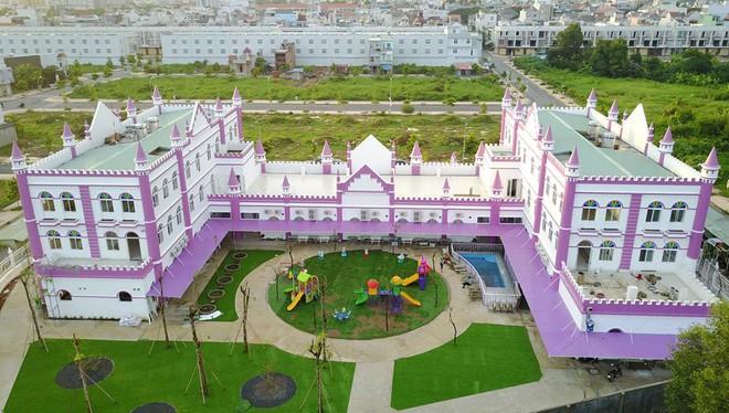 Choáng ngợp trước ngôi trường mầm non màu hồng tím trông như tòa lâu đài cổ tích - Ảnh 3.