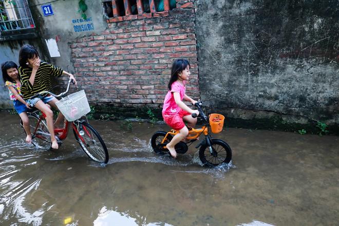 Con ngõ ngập đầy nước cống cho dù Hà Nội có nóng hơn 40 độ C - Ảnh 11.