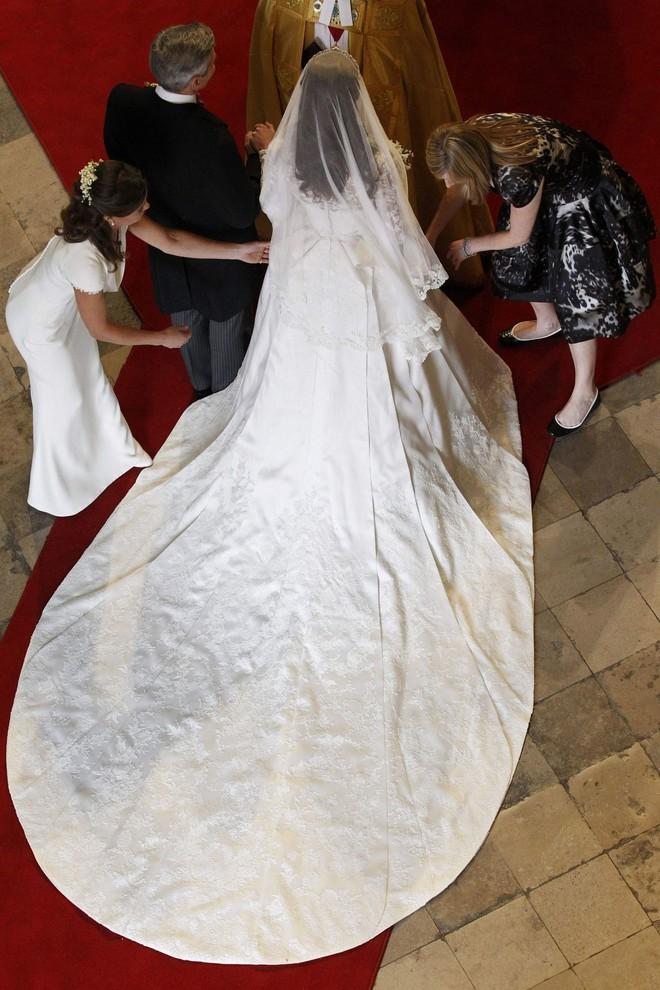 10 điều bí mật làm nên sức hút vượt trời gian của mẫu váy cưới mà Công nương Kate mặc  - Ảnh 13.