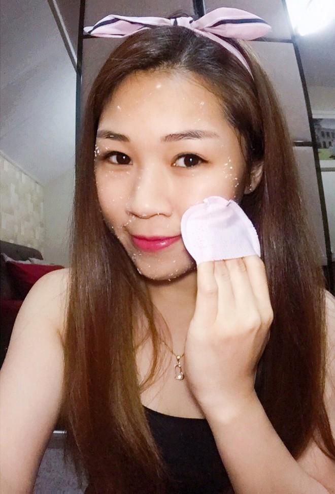 Nhìn thì giống bông tẩy trang, nhưng sản phẩm này lại khiến nhiều quý cô bất ngờ vì tẩy được da chết sạch sâu  - Ảnh 10.