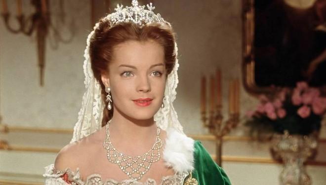 Nữ hoàng xinh đẹp nhất thế giới và chuyện làm đẹp ly kỳ: đắp mặt bằng thịt tươi, gội đầu bằng rượu, đi bộ 10 tiếng mỗi ngày - Ảnh 2.
