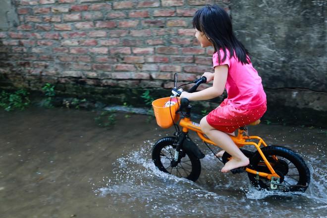 Con ngõ ngập đầy nước cống cho dù Hà Nội có nóng hơn 40 độ C - Ảnh 12.