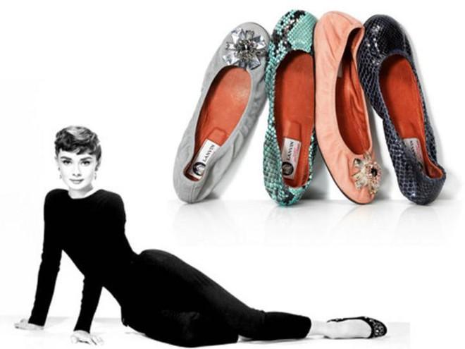 Đến Audrey Hepburn - biểu tượng thời trang bất hủ mọi thời đại, cũng trung thành với giày bệt xinh xắn - Ảnh 3.