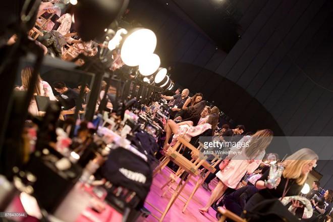 Tận tối mới diễn, nhưng giờ các thiên thần Victorias Secret đã bắt đầu trang điểm, làm tóc - Ảnh 3.
